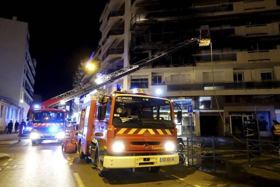 Baies vitrées explosées, rambardes et stores fondus, etc. L'extérieur de quatre appartements a été complètement ravagé par les flammes, hier, au Cros-de-Cagnes et les traces de suie remontaient jusqu'en haut de l'immeuble de six étages.