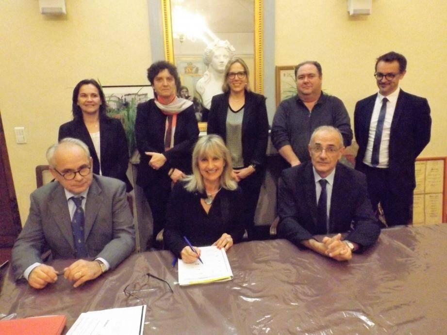 En présence de quelques partenaires, Yvan Auriel,  Christine Lanfranchi-Dorgal et André Carava ont signé ce contrat comme prévu, avant la fin de l'exercice 2016.