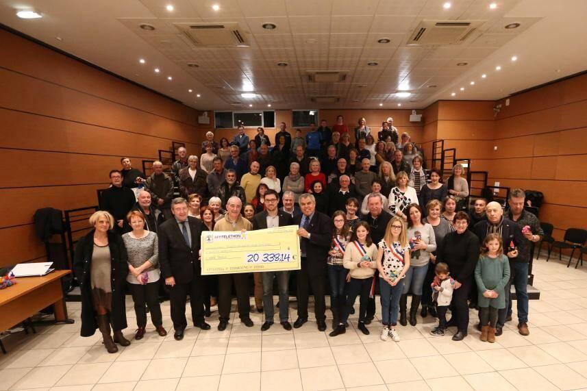 Le maire Robert Bénéventi (3e en partant de la gauche au premier rang) a tenu à annoncer les chiffres : « Cette année, pour la 26e participation de la ville, le loto et les 39 associations participantes, ont permis de récolter plus de 20 338 euros ».