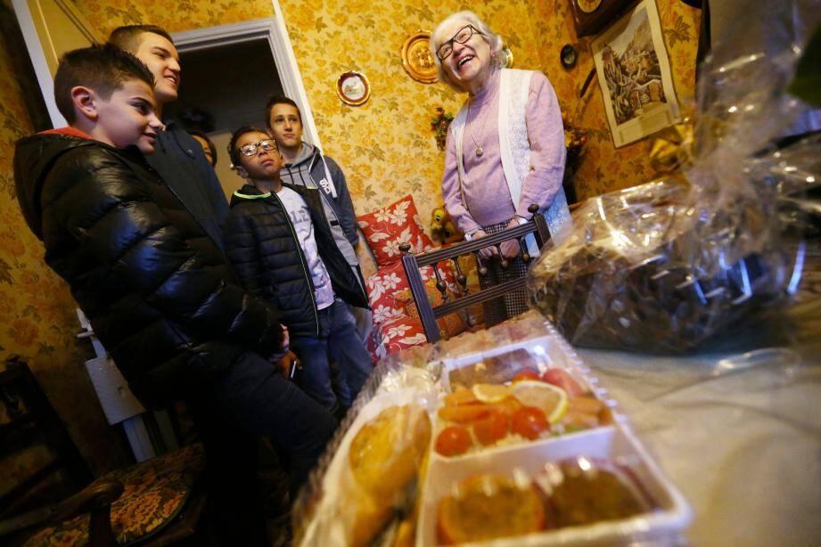Une trentaine de collégiens et lycéens se sont mobilisés vendredi pour distribuer repas et confiseries.
