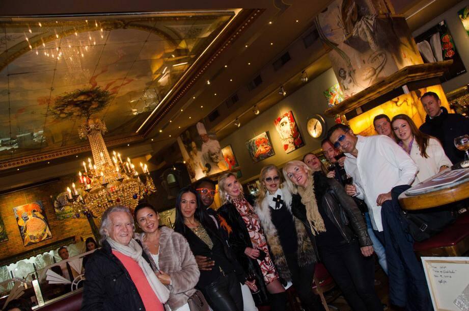 Cloé Jalipa (3e en partant de la gauche) entourée d'acteurs du milieu artistique de Monaco, lors de l'inauguration de son exposition.