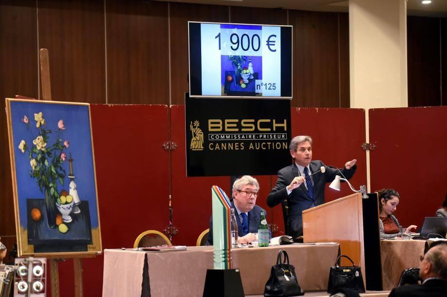 Maître Jean-Pierre Besch (à droite) présentant à l'assistance une nature morte de Robert Humblot.