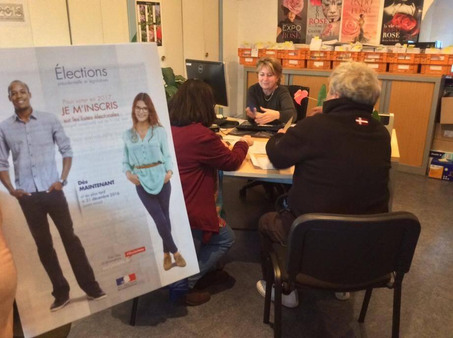Au service des élections, place du Petit-Puy, les Grassois se bousculent pour s'inscrire. Ils ont d'ailleurs jusqu'à ce midi en mairie, ou ce soir, sur Internet pour le faire. Après, il sera trop tard !