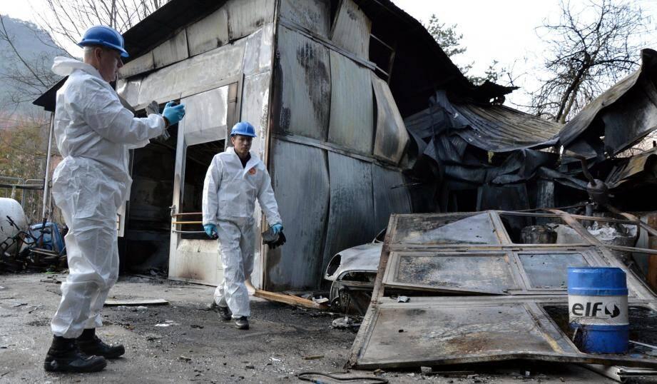 Les deux techniciens en identification criminelle de la gendarmerie ont passé les lieux au peigne fin. Ici, à droite, l'une des portes du garage, soufflée par l'explosion.