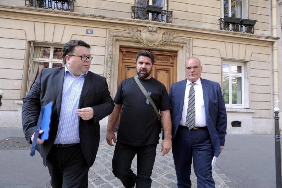 Stéphane Gicquel (Fenvac), hier à Paris, partant pour un rendez-vous avec la secrétaire d'État en charge des victimes. Il est accompagné de Christophe Lyon et de Vincent Delhomel-Desmarets, de l'association «Promenade des Anges : 14 Juillet 2016».