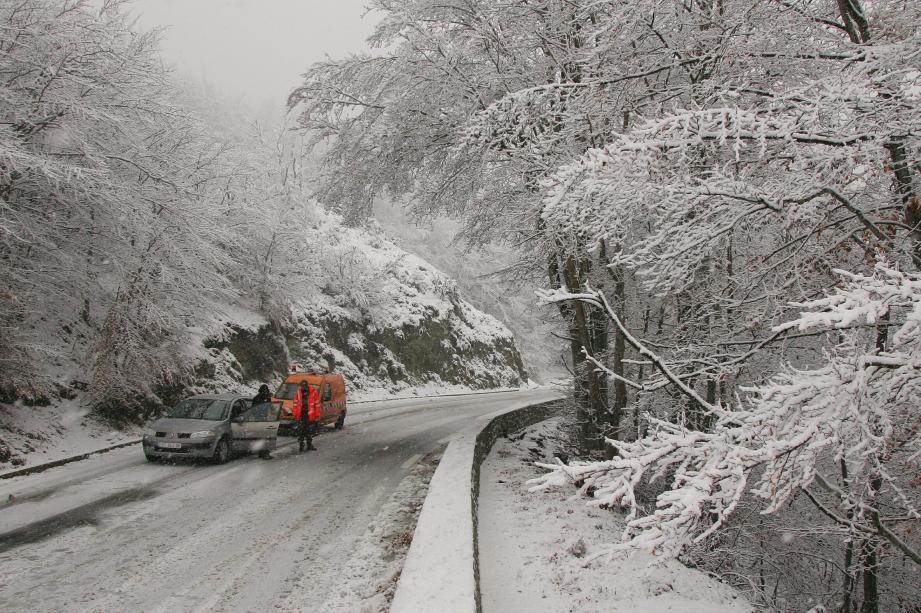Une route de montagne enneigée