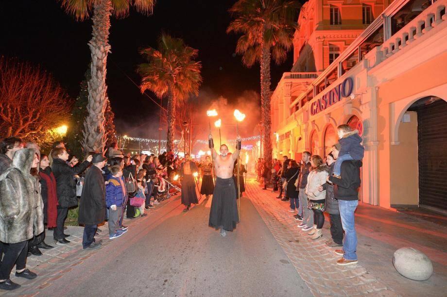 La compagnie La Salamandre, ici en déambulation dans le centre-ville de Grasse mercredi 21 décembre.