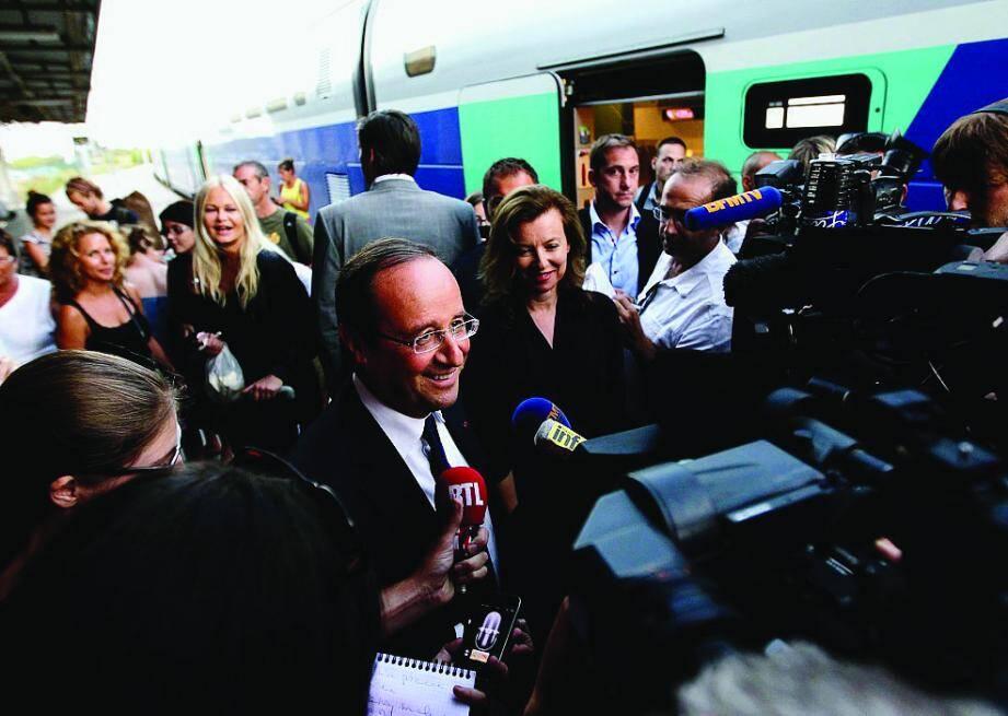 François Hollande et Valérie Trierweiler à leur arrivée à la gare de Hyères à bord d'un TGV, le 2 août 2012