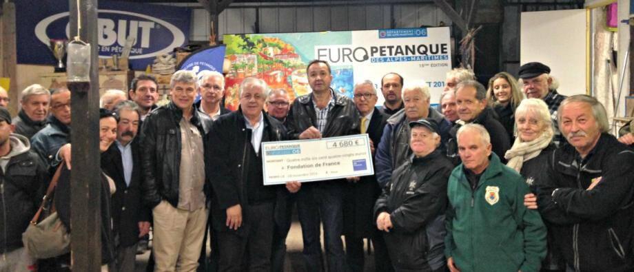 Les bénévoles et les organisateurs de l'Europétanque lors de la remise du chèque à la fondation de France.