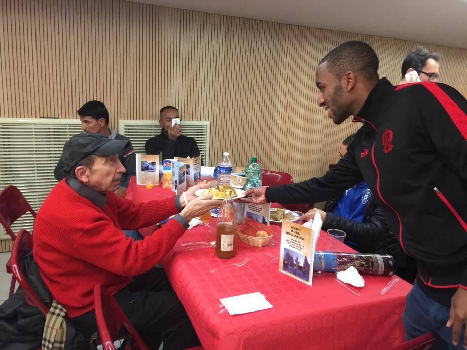 Ricardo Pereira et ses coéquipiers ont apporté du bonheur et une main tendue à des personnes dans le besoin lors de cette belle soirée.