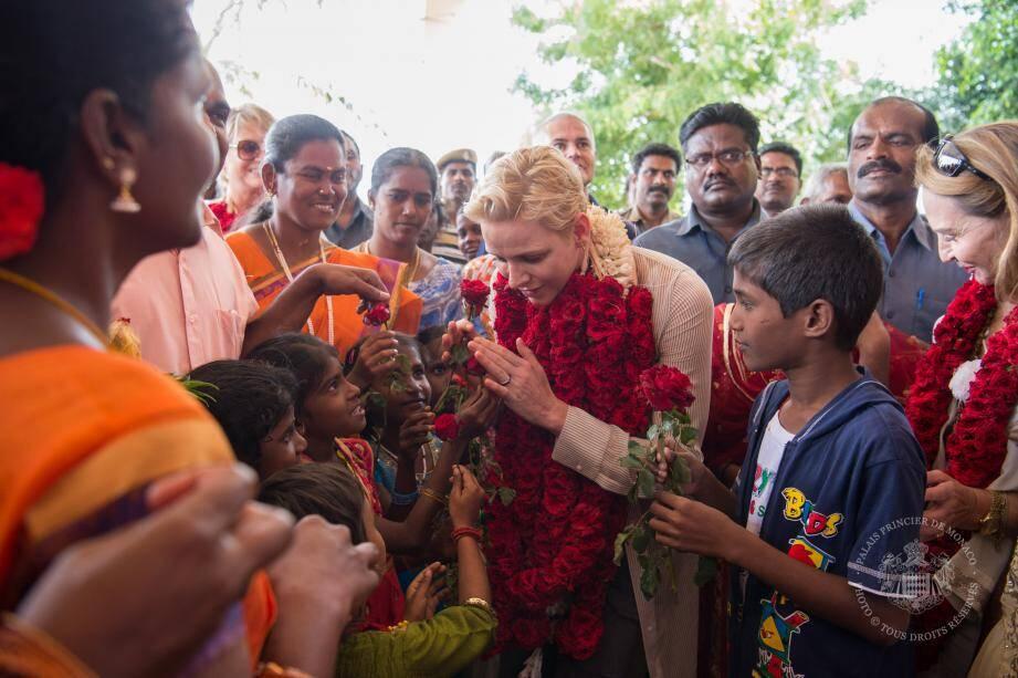 À Dindigul, au sud du pays, la princesse Charlène a reçu de la part des enfants, un accueil traditionnel de l'Inde avec les colliers defleurs, às on arrivée.