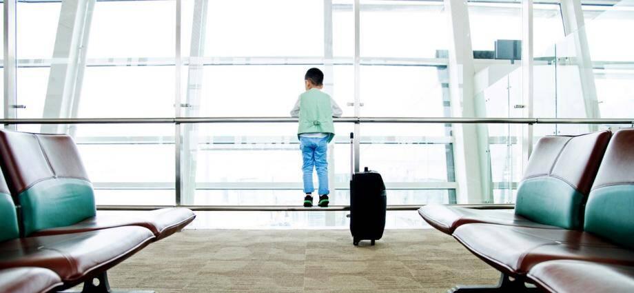 Un enfant dans un aéroport.