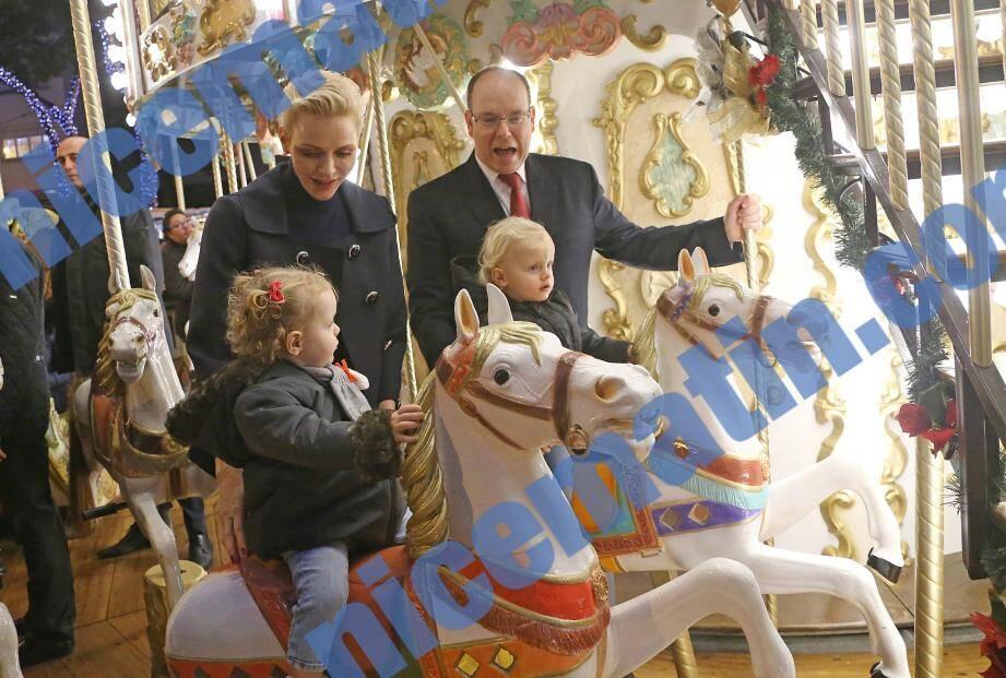 Le Prince Albert II et son épouse la princesse Charlène accompagnés de leurs enfants, Gabriella et Jacques.