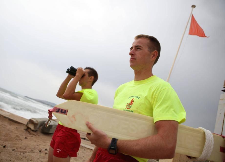 Sauveteurs au PC plage de la Base nature de Fréjus