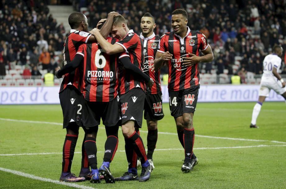Les Niçois fêtent un but contre Toulouse à l'Allianz Riviera.