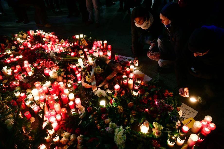 Les Allemands rendent hommage aux victimes de l'attaque.