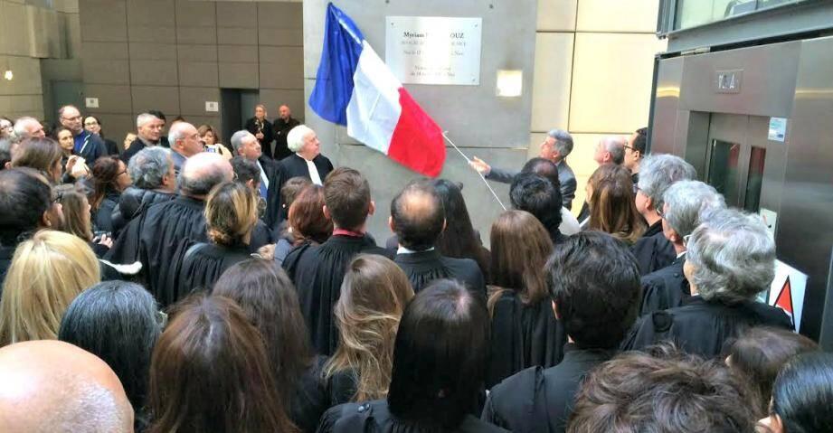 Magistrats et avocats se sont réunis vendredi matin pour dévoiler une plaque au nom de Myriam Bellazouz dans le hall du palais de justice de Nice.
