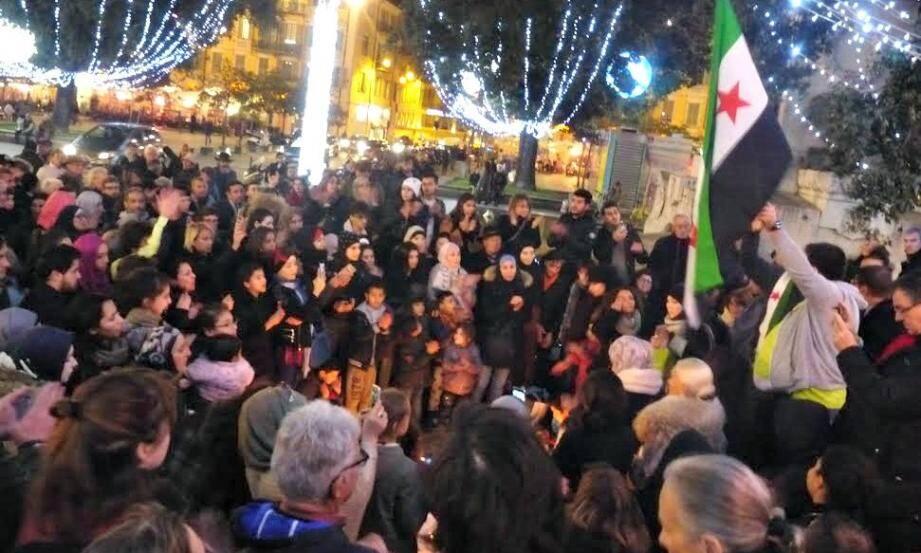 Environ 200 personnes ont manifesté ce jeudi soir à Nice, place Garibaldi, leur soutien à la population d'Alep.