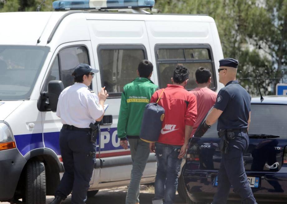 Les policiers de la PAF appuyés par les CRS contrôlent systématiquement chaque train en provenance d'Italie en gare de Menton-Garavan