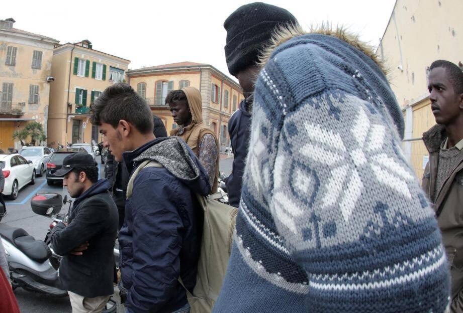 Des migrants devant la gare de vintimille