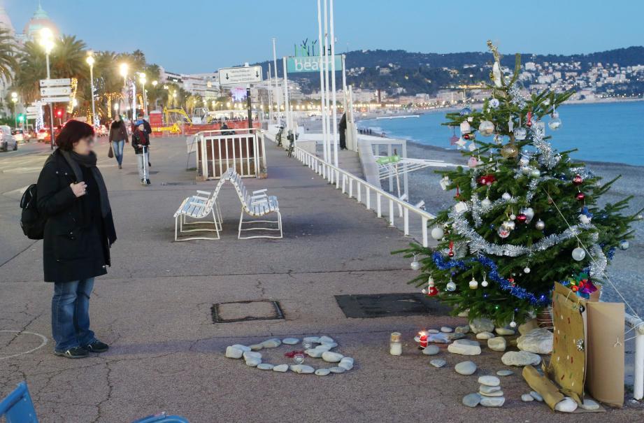 Un arbre de Noël est installé sur la promenade des Anglais en mémoire aux victimes de l'attentat de Nice.