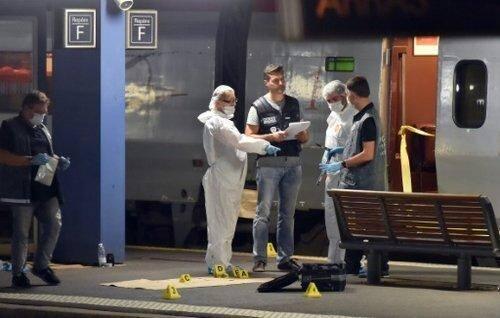 Des policiers sur le quai près du Thalys dans lequel un homme lourdement armé a ouvert le feu à Arras, le 21 août 2015