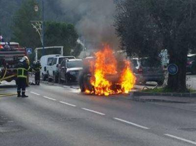 Le véhicule en proie aux flammes.