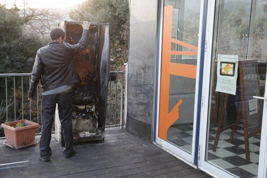 La bibliothèque de rue avait été mise à feu par deux mineurs. Le dernier a été entendu hier et a reconnu lui aussi l'avoir incendiée.