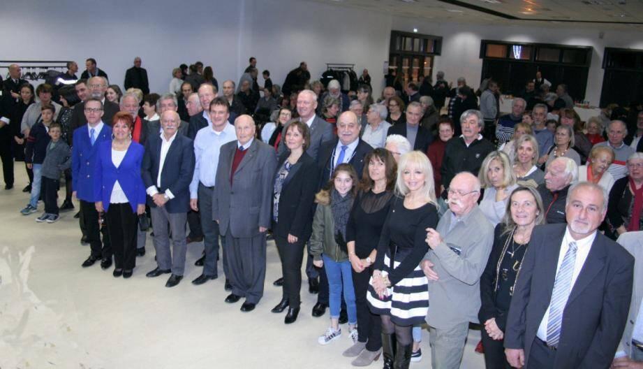 Le maire Isabelle Brès et son conseil municipal parmi les Colomarsois.