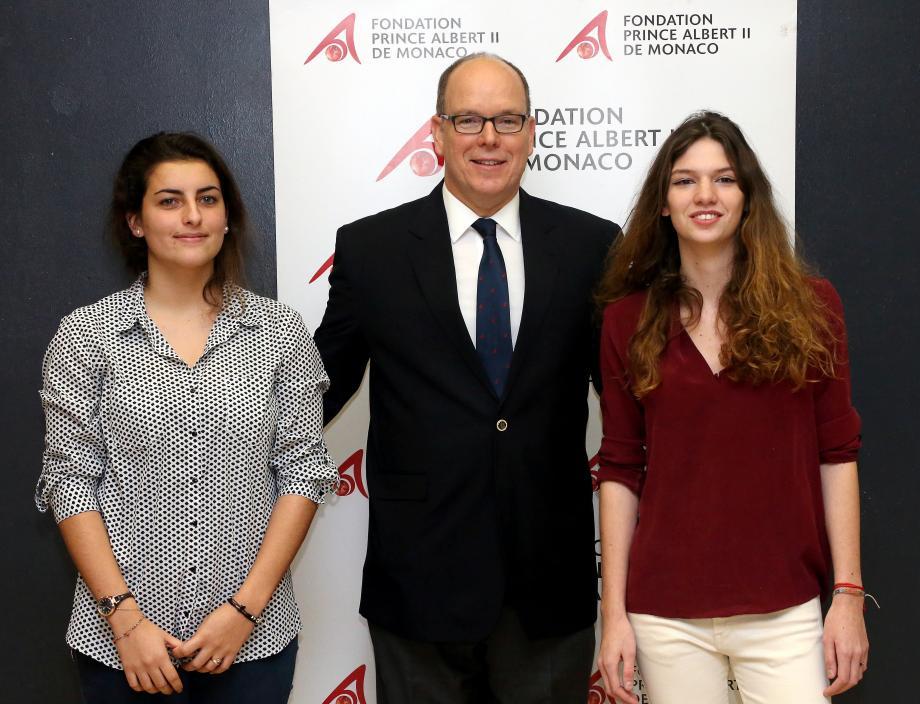 Le prince Albert II avec Lisa Ginocchi et Marie Sophie Danckaert, lycéennes au lycée Albert-Ier et à FANB.