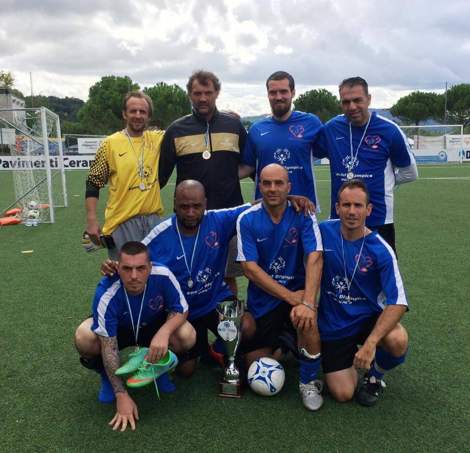 L'équipe de foot à 7 de Special Olympics Monaco, à l'issue de la remise des prix du tournoi de Noël.