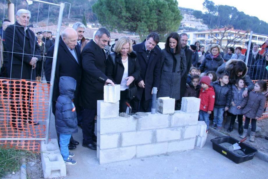 La première pierre a été posée par les autorités.