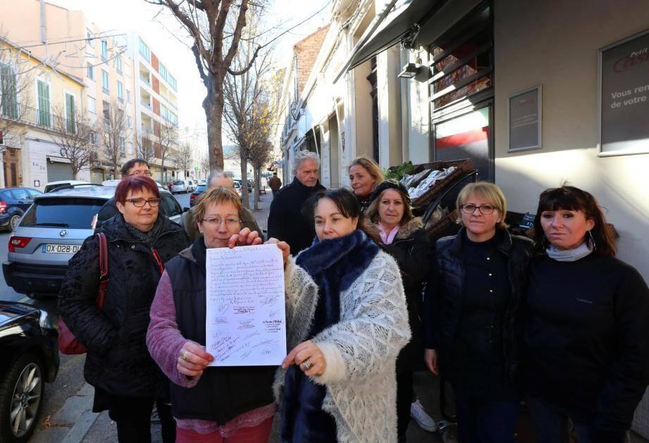 Mobilisés vendredi, devant leurs enseignes, les commerçants du quartier de la gare ont décidé de lancer une pétition afin de venir à bout de ces actes de vandalisme.