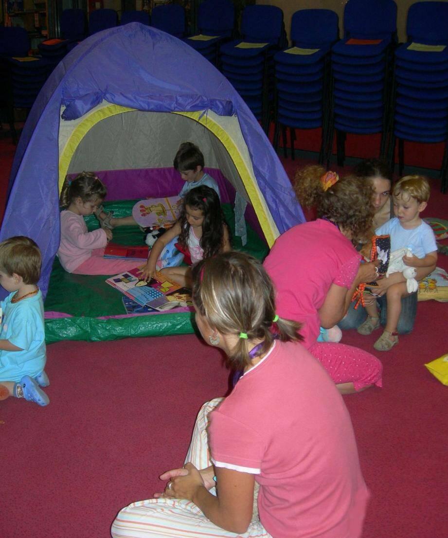 Des tentes seront installées pour l'ambiance « cosy » de la soirée pyjama avec, au programme, la lecture de passionnantes histoires pour les enfants.