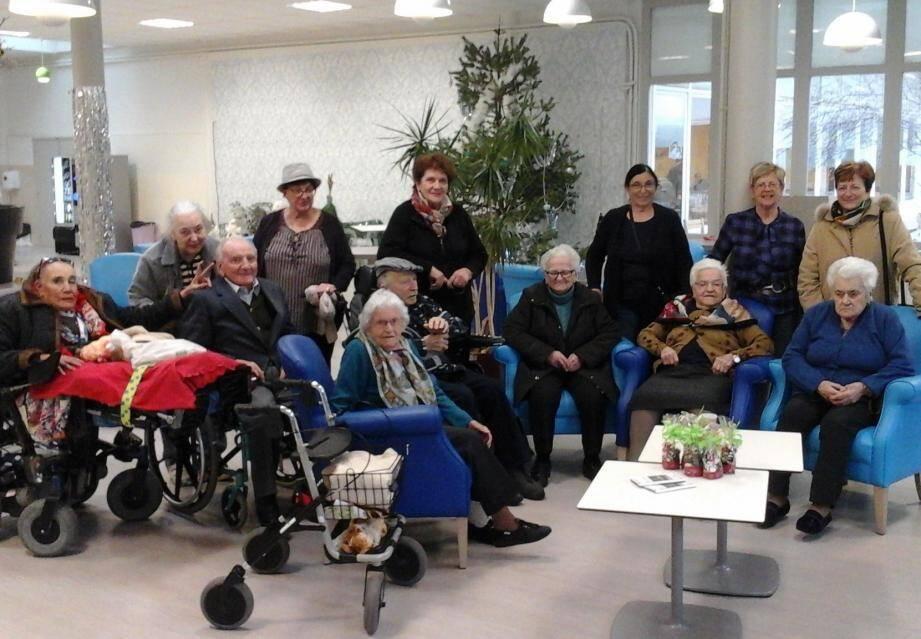 Les bénévoles et les résidents de la maison de retraite du CHU  de Nice à Tende.