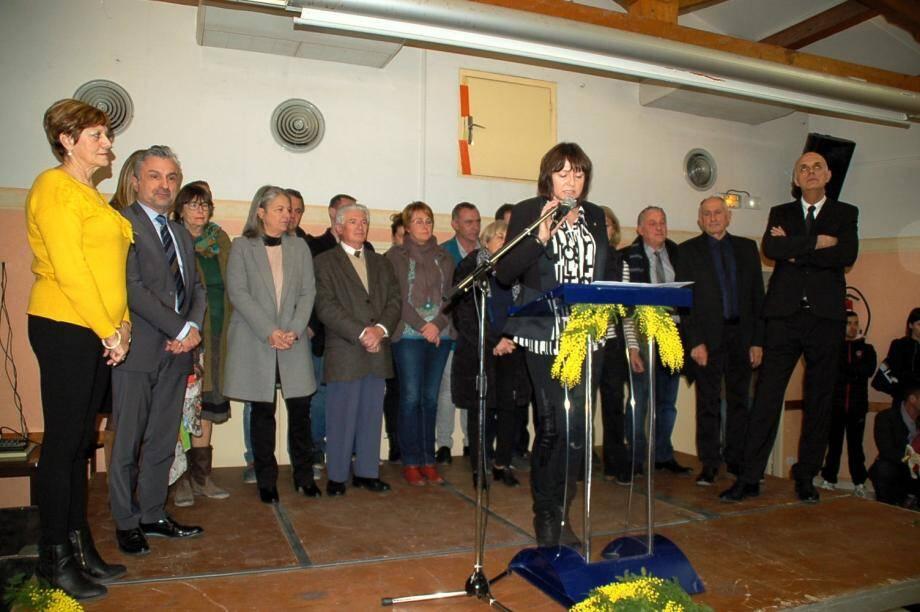 Blandine Monier, maire, entourée des membres du conseil municipal et des personnalités invitées.
