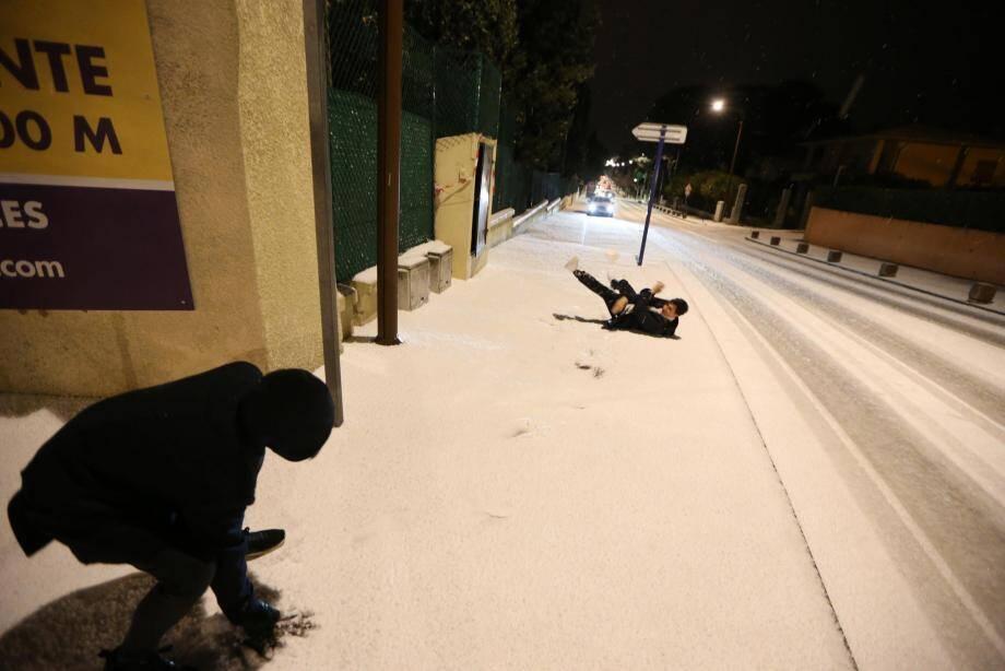 Un impressionnant manteau blanc a occasionné quelques difficultés et de belles frayeurs aux conducteurs à Fréjus.