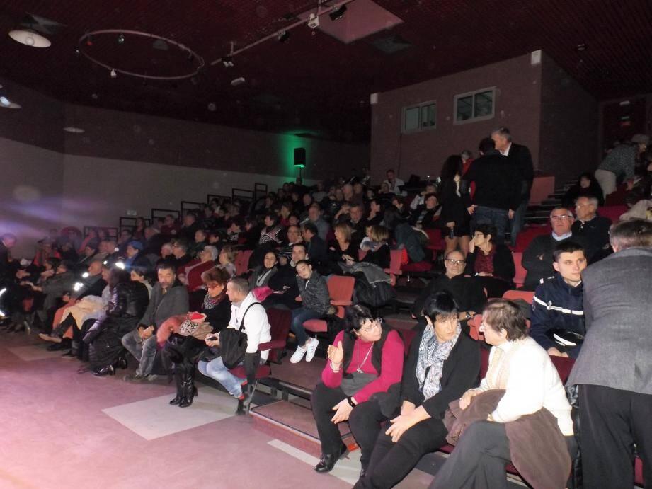 La salle des fêtes a accueili le public et quelques personnalités, dont Josette Pons, élue présidente de la communauté d'agglomération la veille.