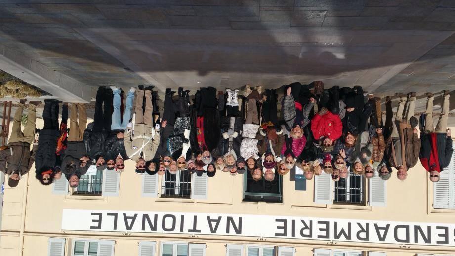 Belle photo de famille pour le Passion automobile-club Côte-d'Azur.