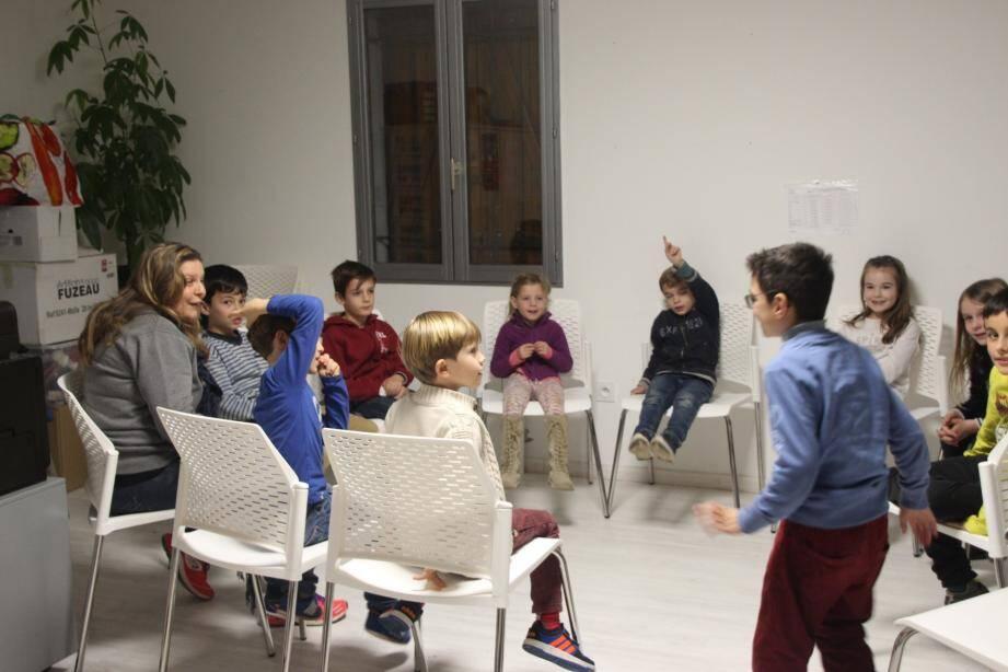 Des exercices ludiques permettent à l'enfant d'exprimer ses émotions.