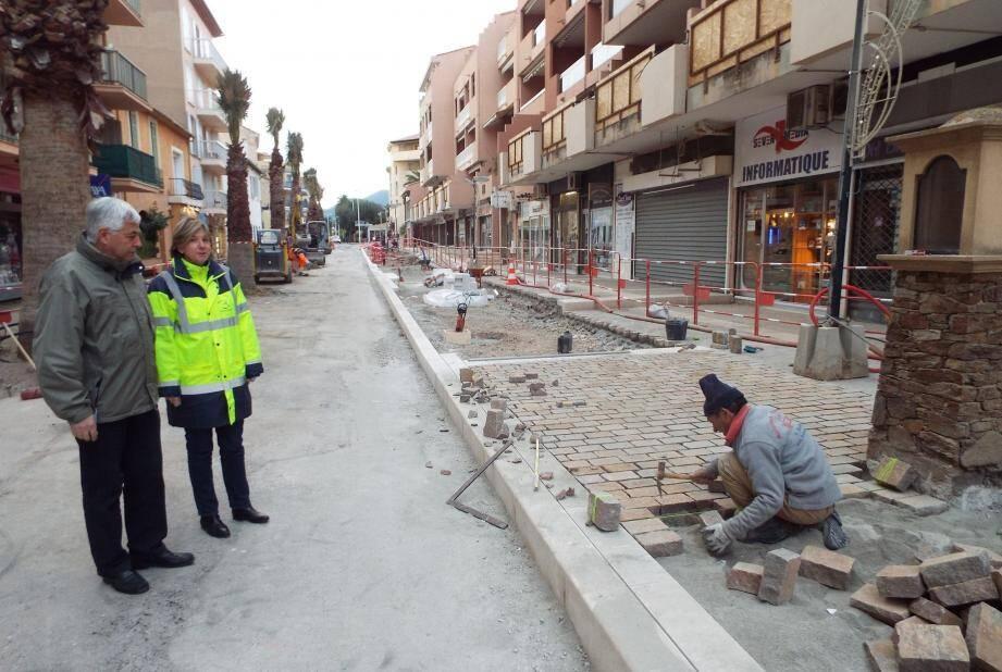Jean-Maurice Zorzi et Valérie Lang sont satisfaits : les délais sont pour le moment respectés et l'on commence déjà à deviner à quoi ressemblera la rue Clemenceau.