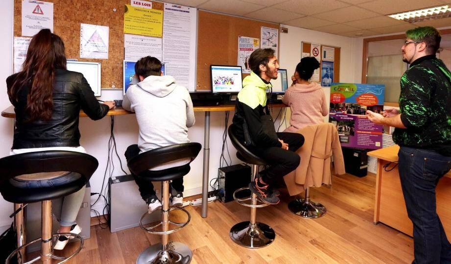 Hier matin, quatre jeunes adultes débutent leur formation en compagnie de Dylan (à d.), infographiste de formation, rompu à l'usage des ordinateurs.