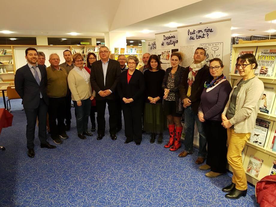 Au centre le proviseur, Philippe Lagier, entouré par les administrateurs de la caisse locale et les enseignants.