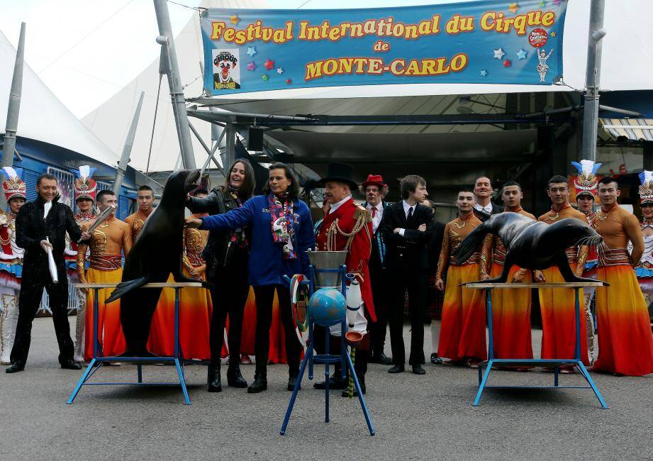 En prélude de l'ouverture du Festival, la princesse Stéphanie et sa fille aînée, Pauline Ducruet, ont lancé  la 41e édition, entourées d'artistes en compétition.