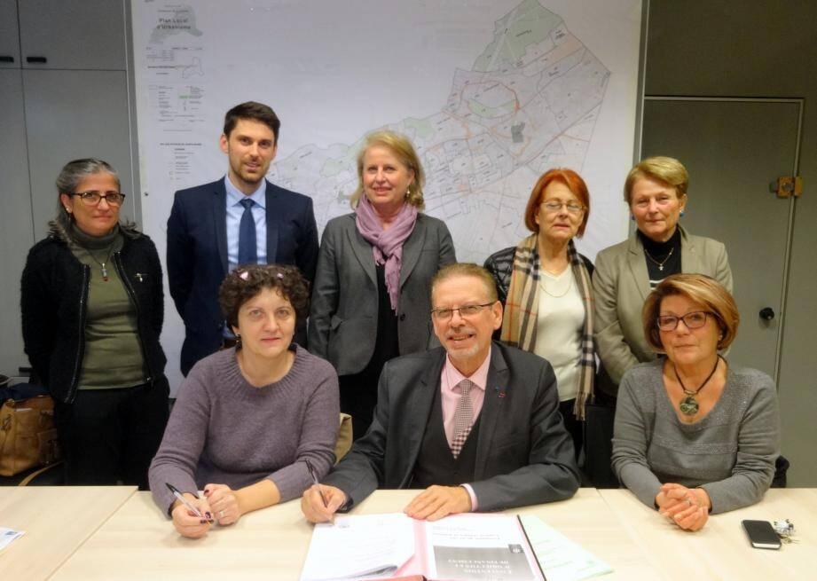 Cette signature lie la mairie de La Garde à la Caisse d'allocations familiales du Var.