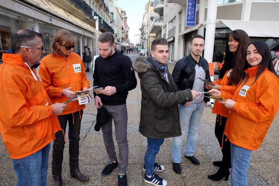 Eric Devillard, Martine Crevant, Stéphanie Valentin et Émilie Coutelas en pleine opération de tractage dans les rues de Saint-Raphaël.