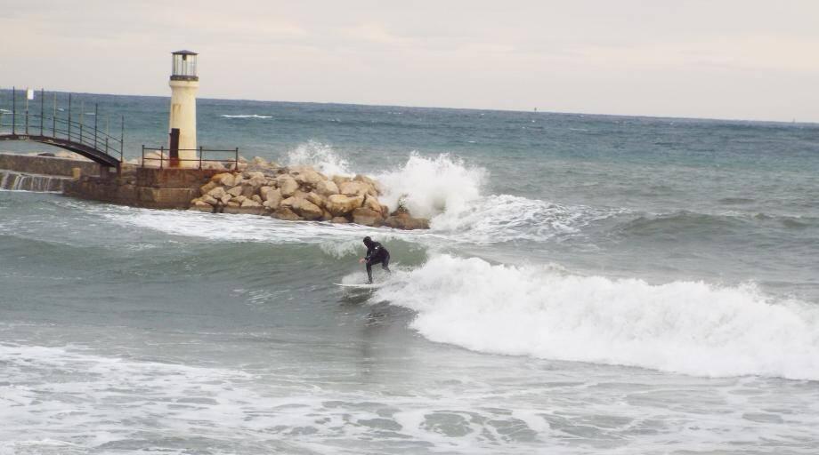 Surfeurs dans la vague
