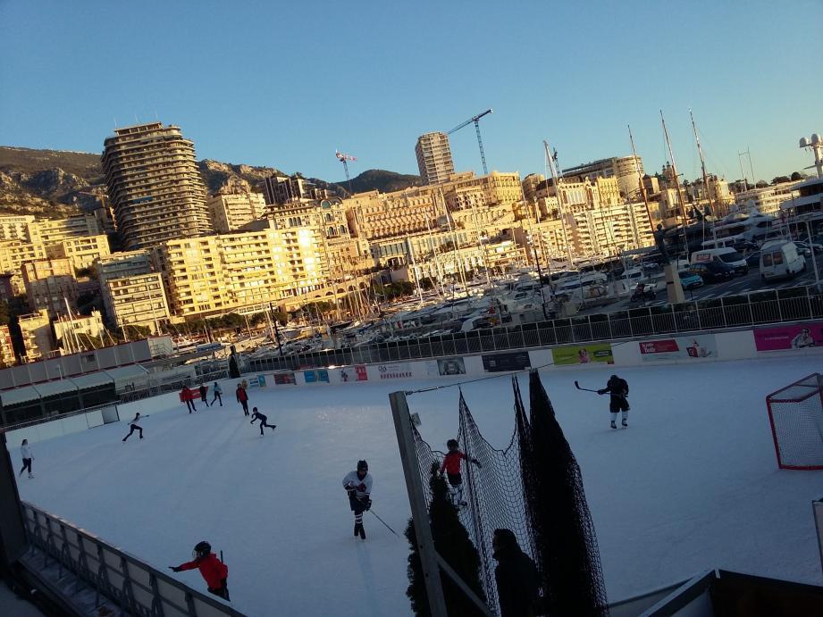 Patineurs et hockeyeurs sur la glace un samedi matin. Il fait 4°.