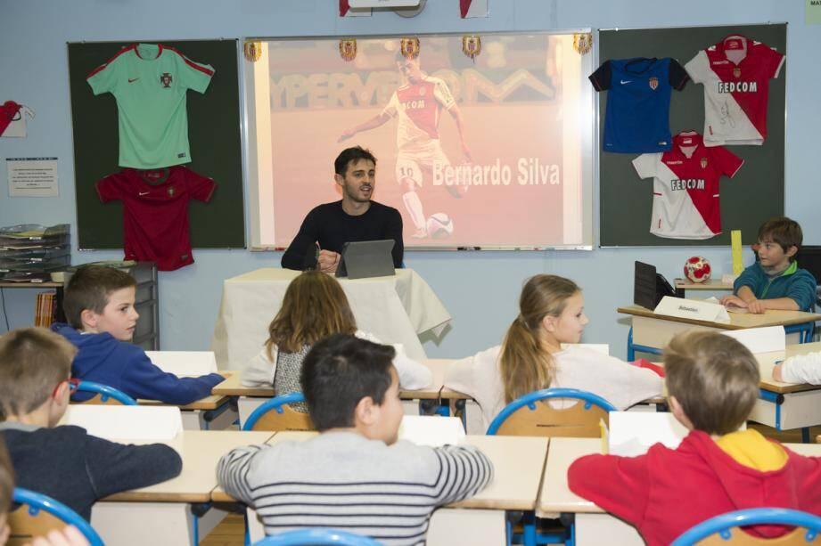 À l'écoute et disponible, Bernardo Silva a donné une belle leçon d'humilité à des enfants  de Saint-Charles, hier après-midi.