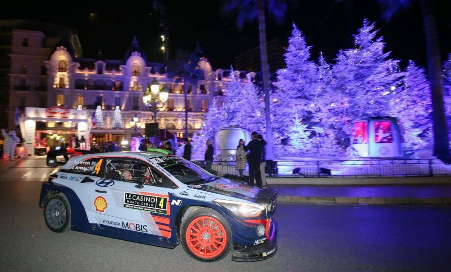 Hier soir, la première sortie de route du 85e Rallye Monte-Carlo, celle du Néo-Zélandais Hayden Paddon, ici au pied du podium de départ, place du Casino, a hélas touché gravement un spectateur imprudent.